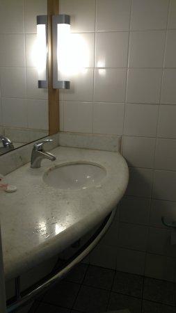 Pernoite. Ralo do banheiro entupido. Não tem ralo no lado do vaso sanitário...