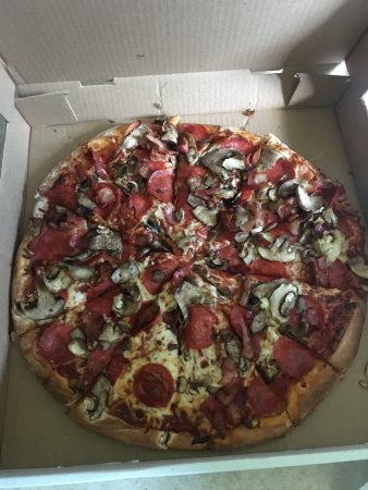 Sturgeon Falls, Kanada: Large Canadian pizza