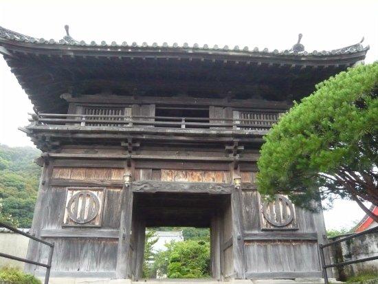 Uwajima, Japan: 山門。駐車場が無い。