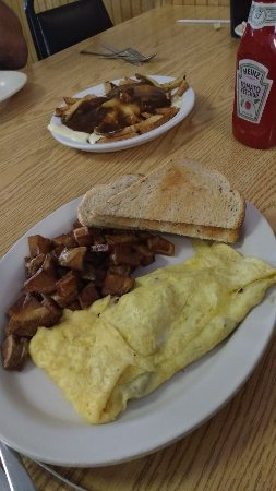 Rouses Point, Нью-Йорк: omelette forground with poutine background