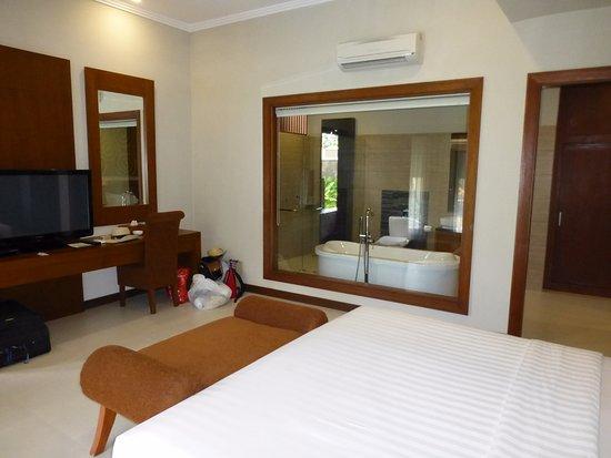 Mutiara Bali Boutique Resort & Villas: Bathroom window has privacy curtain