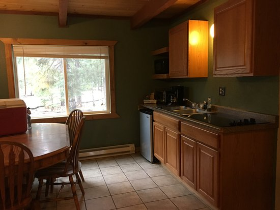 Duck Creek Village, UT: Kitchen and dining area