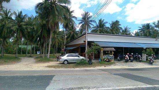 Lipa Noi, Thailand: кафе напротив отеля