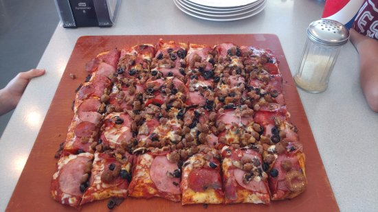 White City, Όρεγκον: Family size combination - 5 Meats with Olives and Mushrooms too! Excellent!