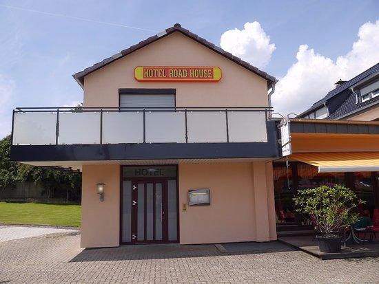 Hehlen, Γερμανία: Eingang des Hotels mit kleiner ,,Garten,, Einsicht