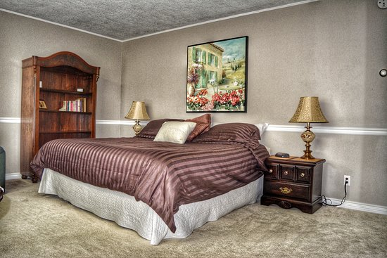 Chase, Canadá: Garden Room. King Bed with ensuite and private balcony