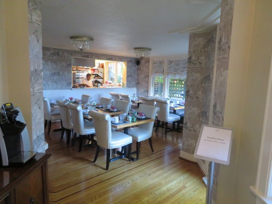 Abigail's Hotel: Breakfast room and kitchen