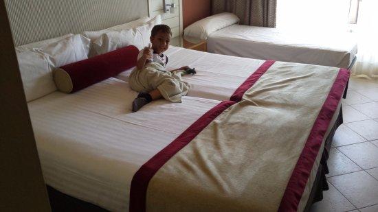 Hotel Fuerte el Rompido: Dormitorio enorme con camas grandes