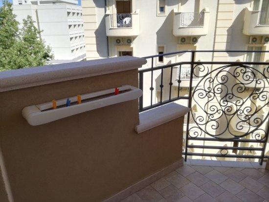 Hotel Savoia: Camera singola confort con ampio letto ad una piazza e mezzo, comodo bagno, balcone con stendino