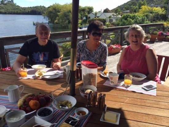 Mourea, Nouvelle-Zélande : Enjoying breakfast on the deck with guests