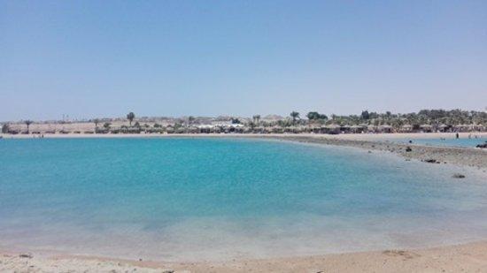 Coral Beach Resort: جزء صغير من الشاطئ الخاص بالفندق