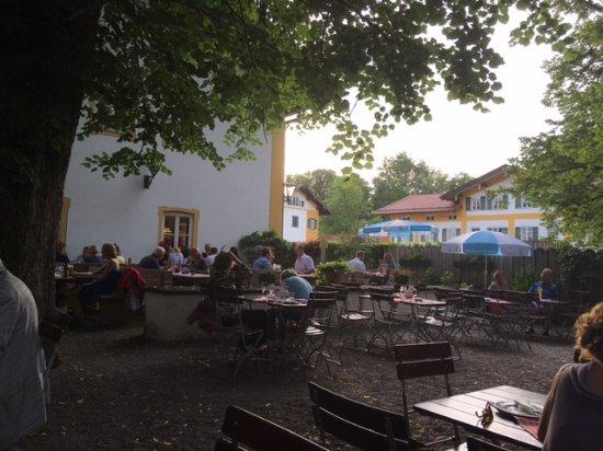 Frasdorf, Germany: Kleiner romantischer Biergarten an den Hof von Schloss Wildenwart anschließend