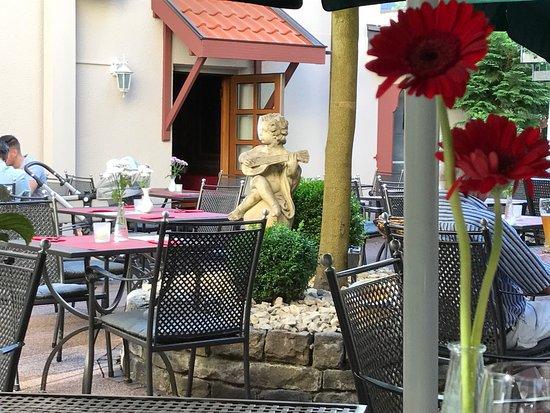 Weinstadt, Tyskland: Leckeres Essen im romantischen Garten