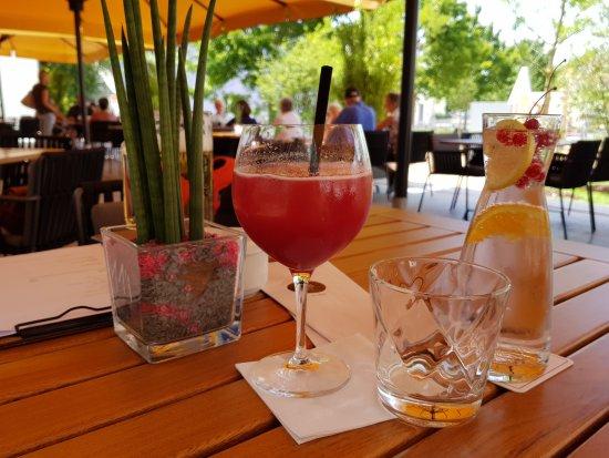 Pfaffenhofen an der Ilm, Alemania: Ein heißer Tag mit gut gekühlten Getränken auf eine schattigen Terrasse