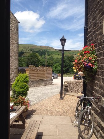 Chinley, UK: Warm summers day at The Old Hall. Just before a wedding party arrived. Wedding receptions are ve