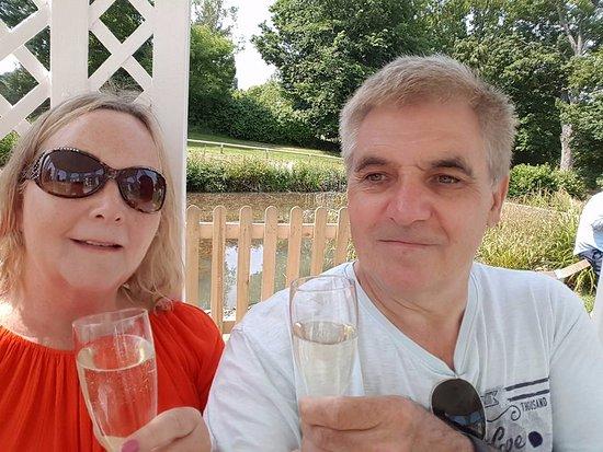 Charlton Kings, UK: Refreshing glass of Prosecco in the gazebo