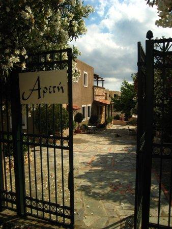 Areti Aparthotel : une entrée piétonne