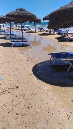 Portopalo di Capo Passero, Italia: fila di ombrelloni a mollo