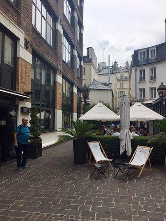 Hotel Les Jardins du Marais: Open Entrance
