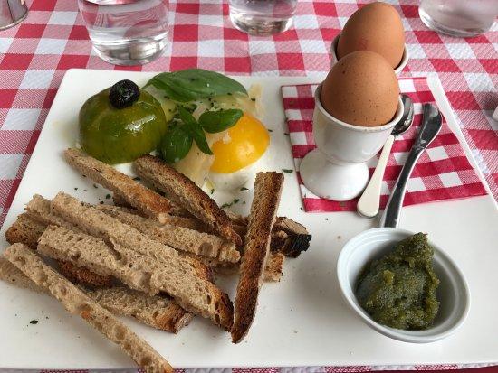 Saint Cyr l'Ecole, France: Œufs pesto tomate mozza et brunch fermier