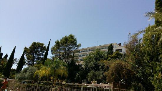 Parador de Cordoba: view from pool to hotel