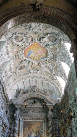 Église Saint François d'Assise : Detalle del techo y altar mayorNave lateral