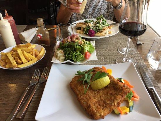 Zuoz, Suiza: Cordon Bleu, Gemüse, gemischter Salat, Country Fries und Tempranillo