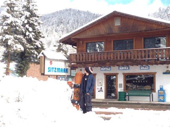 Sitzmark Lodge: Look both ways befor crossing the street