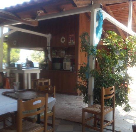 Katakali, Greece: Άλλο η φωτό(ένα μέρος του μαγαζιού) & άλλο ζωντανά.