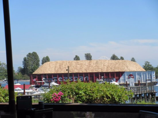 Port Coquitlam, Canada: Barge on the River