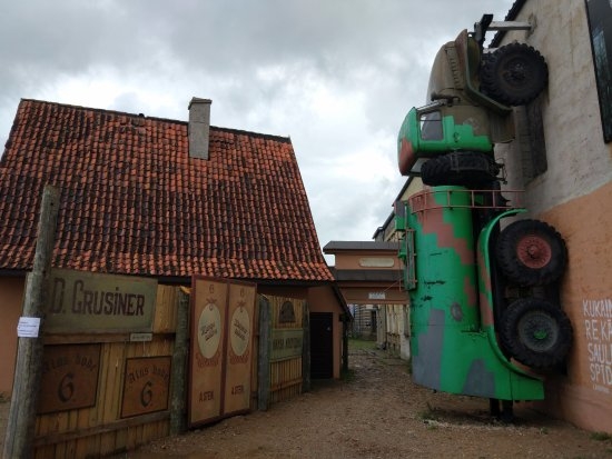 Tukums, Latvia: Едем по стенам.