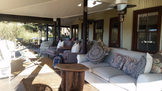 Addo, แอฟริกาใต้: Outdoor lounge area outside of dinning room