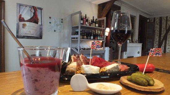 Coulanges-la-Vineuse, France : Une halte gourmande, restauration et dégustation vente de nos vins de 9h à 19h30.