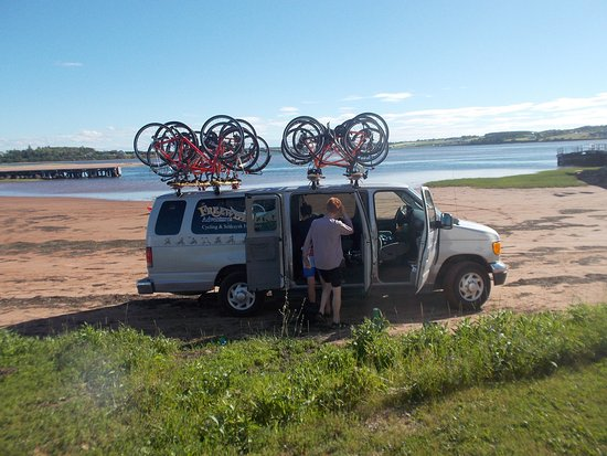 Hubbards, كندا: Freewheeling Escort Van after a day of cycling
