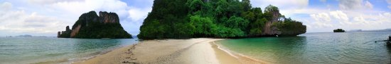Nong Thale, Tailandia: A panorama of the islands.