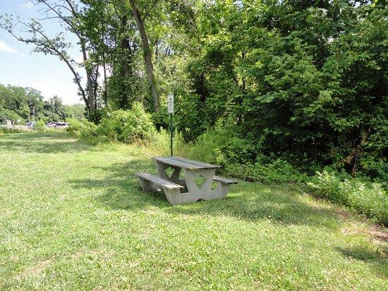 Morrisville, Пенсильвания: Picnic Bench at Quaker Penn Park