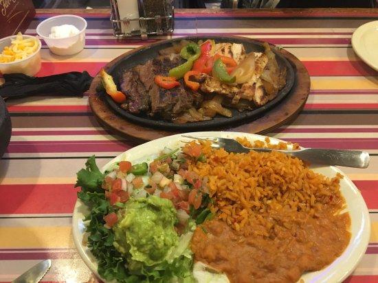 โรอาโนค, เท็กซัส: Beef and chicken fajita dinner