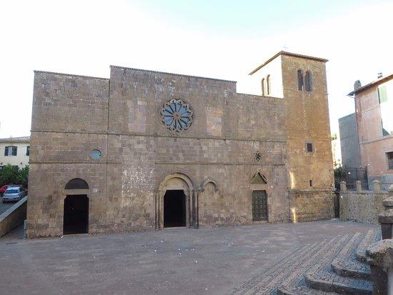 Chiesa di Santa Maria della Rosa: La facciata e il tozzo campanile sul sagrato ribassato