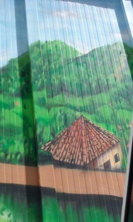 Hotel Alhambra Suites: Las vistas de la habitación se suplen con pinturas.