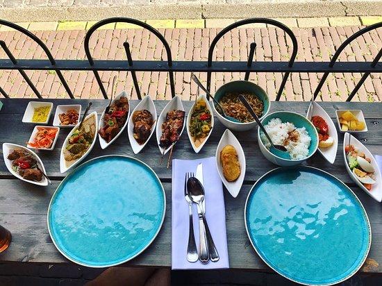 Heerlijk Indonesië's eten bij het poort van Muiden