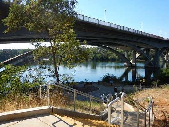 Lake Natoma Inn: Steps down to the lake