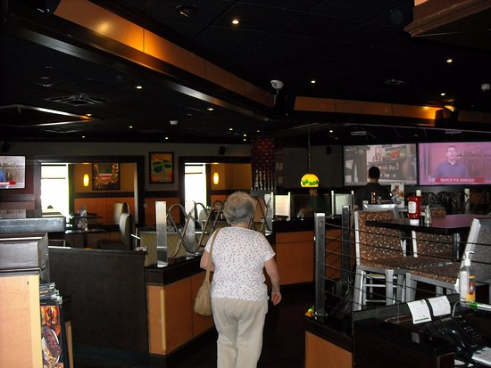 Bennigan's: heading towards west side dining area (bar on right)