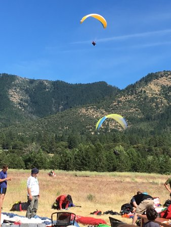 Jacksonville, OR: Hora hundred really good paragliders will qualifying for some type of event. It was awesome