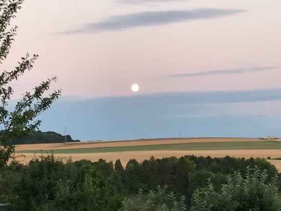 Dun-sur-Meuse, France : Uitzicht overdag en bij zonsondergang vanuit onze kamer