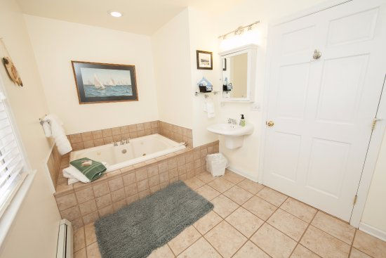 Burdett, Estado de Nueva York: The Lodge - Edgewood Bath w/Jacuzzi Tub