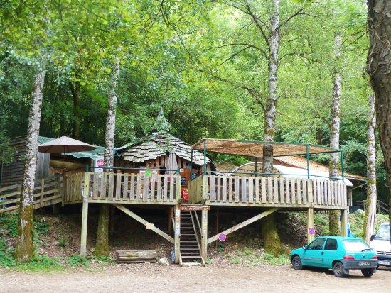 Marcilhac-sur-Cele, France: Le restaurant O pieds dans l'eau, sous les arbres, au bord de la rivière...on y mange bien !