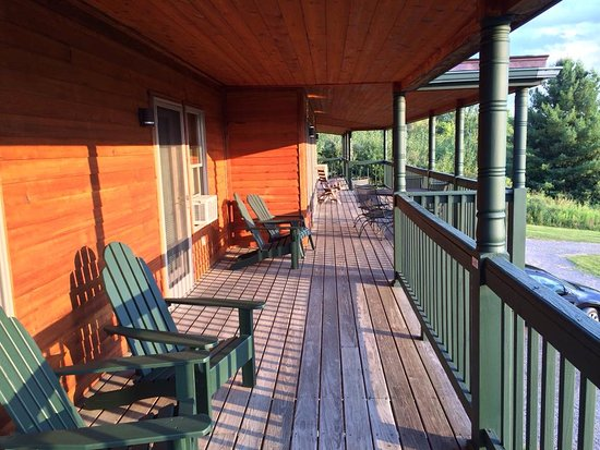 Burdett, NY: Rooms on the upper level of The Lodge feature deck seating and excellent lake views