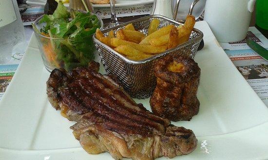 Eyrans, Francia: viande servie avec un cannelé aux légumes. délicieux.