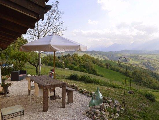 Penna San Giovanni, Italia: Uitzicht Vakantiehuisje Casa Vista
