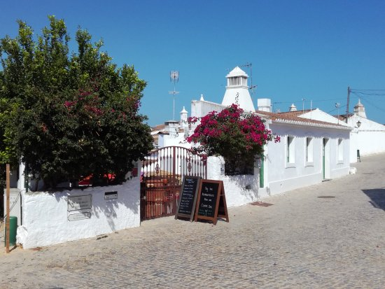 Casa Velha : The entrance (closed in the afternoon)